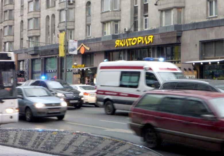Можно ли обгонять полицейскую машину с включенной «мигалкой», если она «тащится» по шоссе со скоростью 40 км/ч?