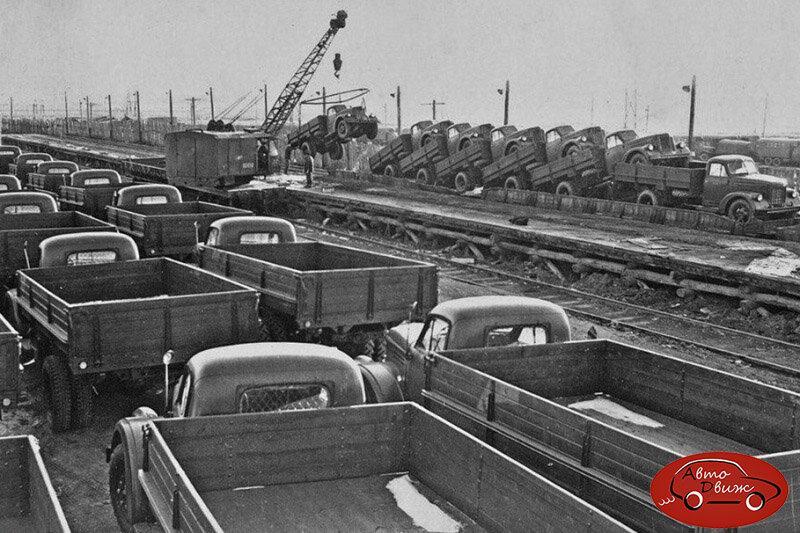Как в СССР новые автомобили возили по железной дороге