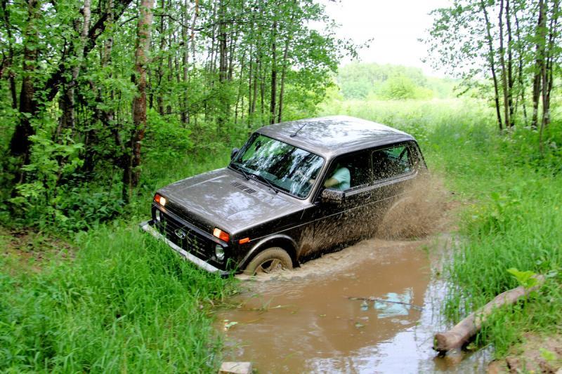 Новая Лада 4х4 Нива - УАЗ Хантер: драка на болоте