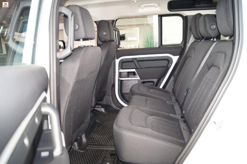 Съездил в автосалон, рассмотрел новый Land Rover Defender II. Показываю фотографии