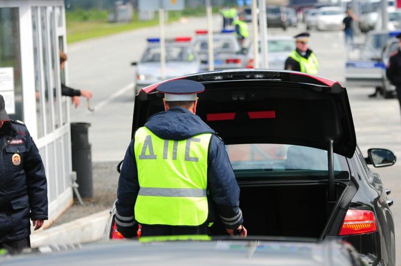 Инспектор ГИБДД хочет открыть ваш багажник: чего сильно опасаться