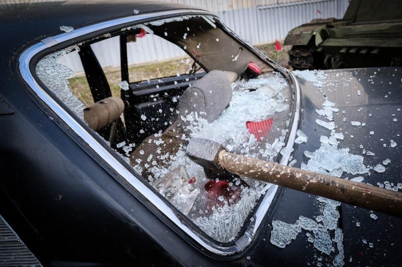 Какое окно проще разбить, чтобы попасть в машину