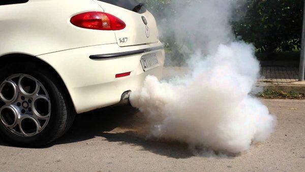 Почему из выхлопной трубы идет белый дым: причины поломки