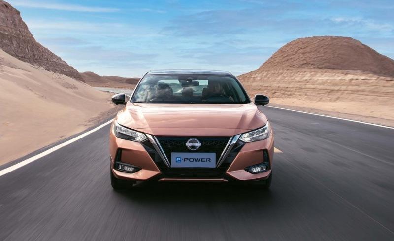Гибридный седан Nissan Sentra отличился не только начинкой: модели подправили облик и салон